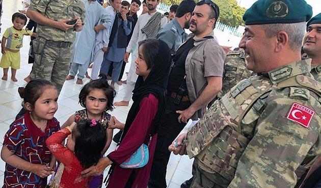 Afganistan'da Türk Görev Kuvveti Komutanı çocuklarla bayramlaştı