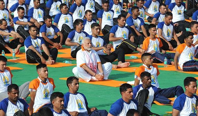 Hint lider 50 bin kişiyle yoga yaptı