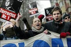 Onbinler Bush'u protesto etti