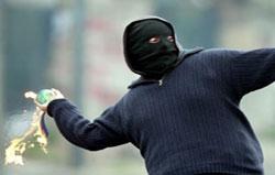 Polise havai fişek ve molotoflu saldırı