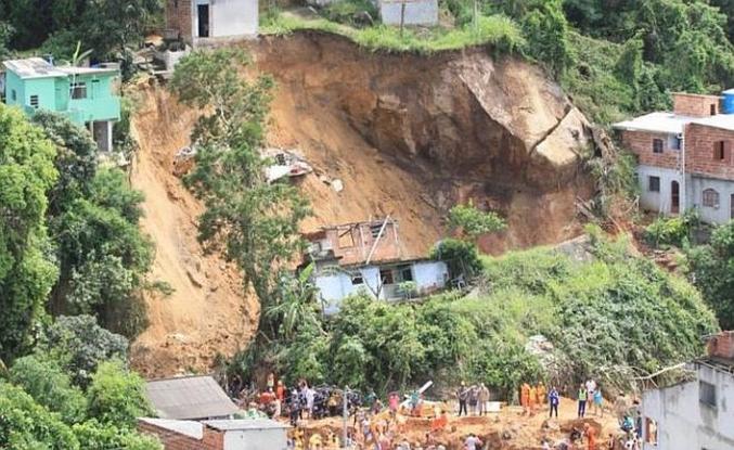 Brezilya'da kayan toprak altından cesetler çıkarılıyor