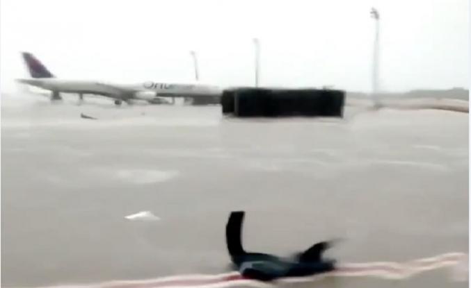 Fırtına aprondaki otobüsü devirdi, 10 yaralı