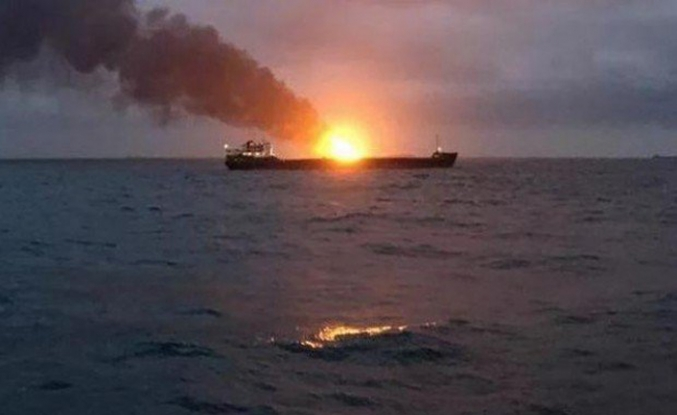 Kerç Boğazı'ndaki 2 gemi hala yanıyor, 8 Türk kurtarıldı