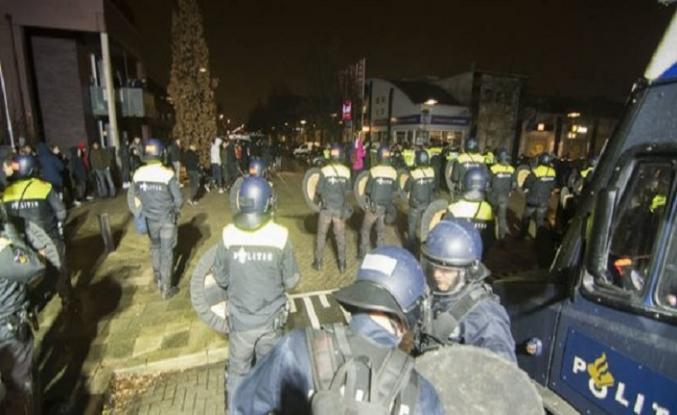 PEGIDA kışkırtıyor, cami önünde İslam karşıtı gösteri