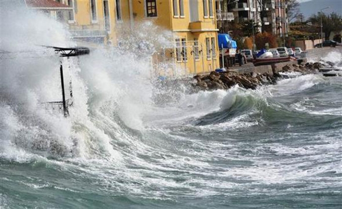 Fırtına ada yaşayanlarını mahsur bıraktı