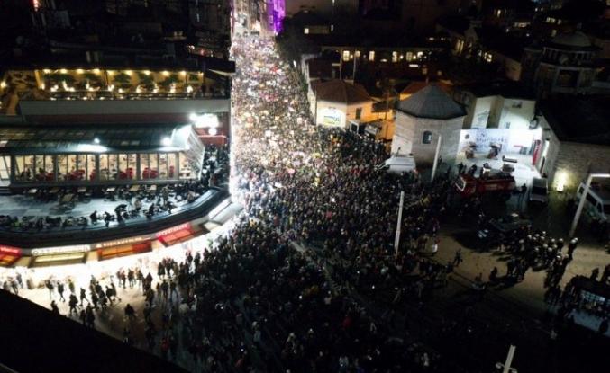 Taksim'de toplanan kadın grupları ezanı ıslıkladı