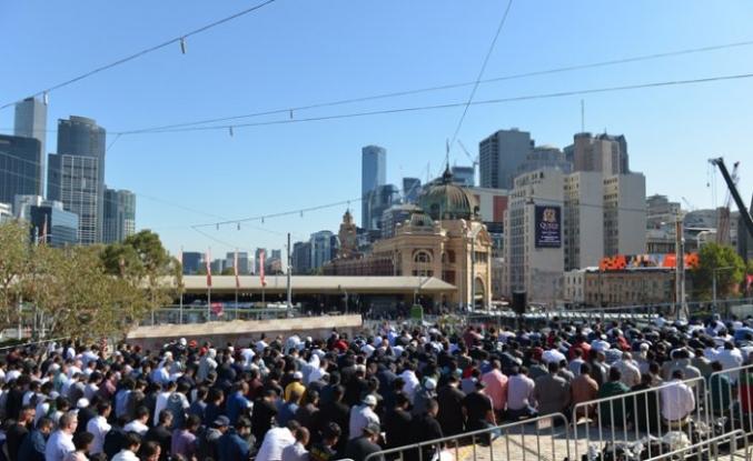Avustralya''da Selam Festivali'nde yüzlerce kişi cuma namazında biraraya geldi