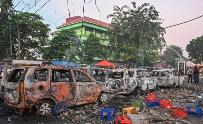 Endonezya'da teravih sonrası dağılmayan göstericiler ortalığı karıştırdı