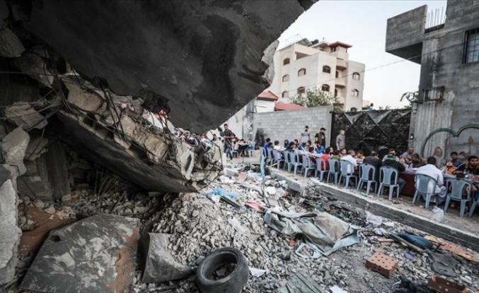 Filistinliler Gazze'de yıkılan evlerin arasında iftar yaptı