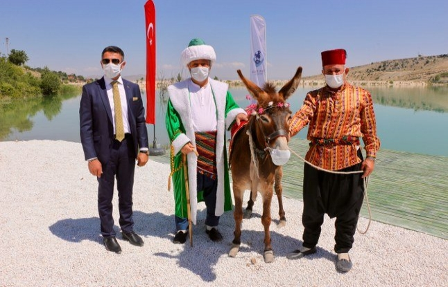 Maskeli Nasreddin Hoca göle maya çaldı