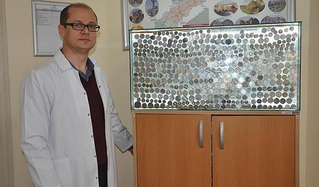 Savaş kalıntılarında bulduğu Yunan parası koleksiyona dönüştü