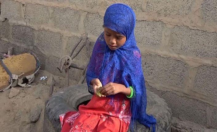 Yemen'de insanlar kıtlıktan ot yemeye başladı