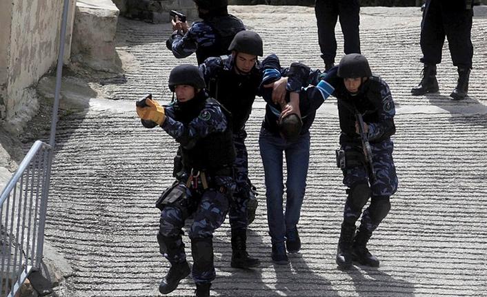 İsrail işgal güçleri 24 Filistinliyi gözaltına aldı