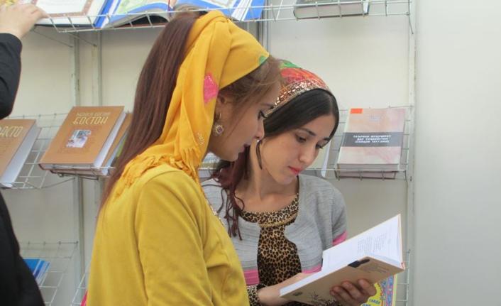 Tacik kadınları ev işlerinde değil kitaplarla yarışacak