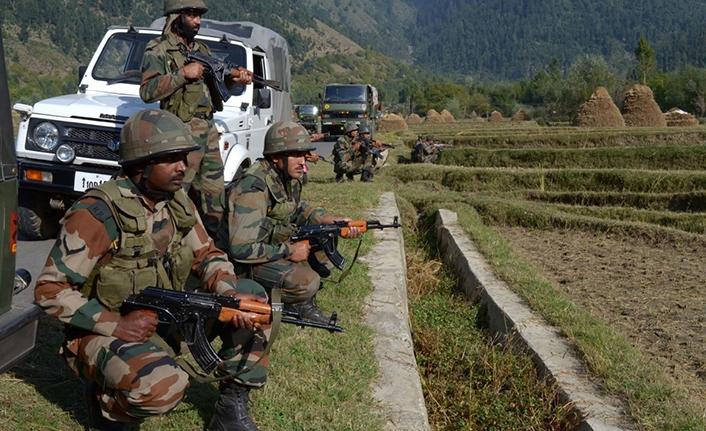 Cammu Keşmir'de direnişçiler ile askerler arasında çatışma