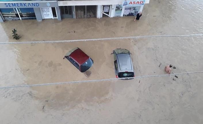 Sel ve toprak kayması sonrası vatandaşlar helikopterlerle tahliye ediliyor