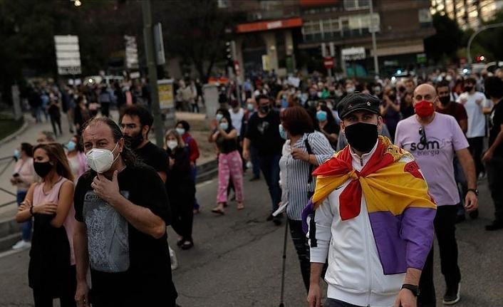 İspanya'da artan Kovid-19 vakaları nedeniyle getirilen kısıtlamalar protesto edildi