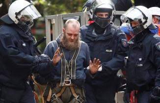 Almanya'da göstericilere polis şiddeti