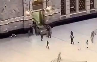 Kutsal topraklarda panik anları, aracıyla Mescid-i Haram'ın kapısına çarptı