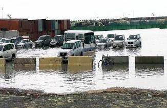 Kuveyt'te sel hayatı felç etti