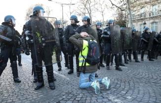 Diz çöktürülen liseliler Fransa'yı ayağa kaldırdı
